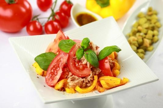 Tuńczyk z pieczoną papryką i pomidorami