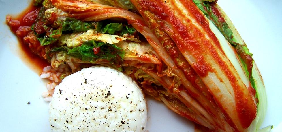 Kapusta pekińska w sosie pomidorowym z czerwoną pastą curry i z ...
