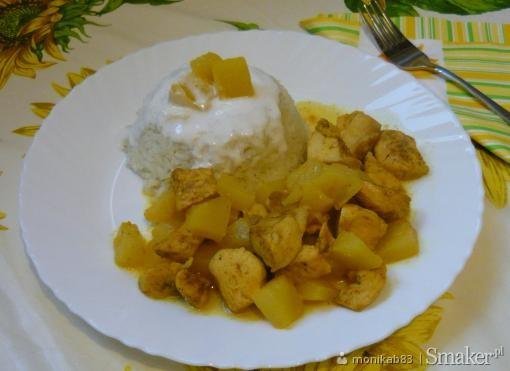 Kurczak z ananasem oraz ryż polany sosem czosnkowym