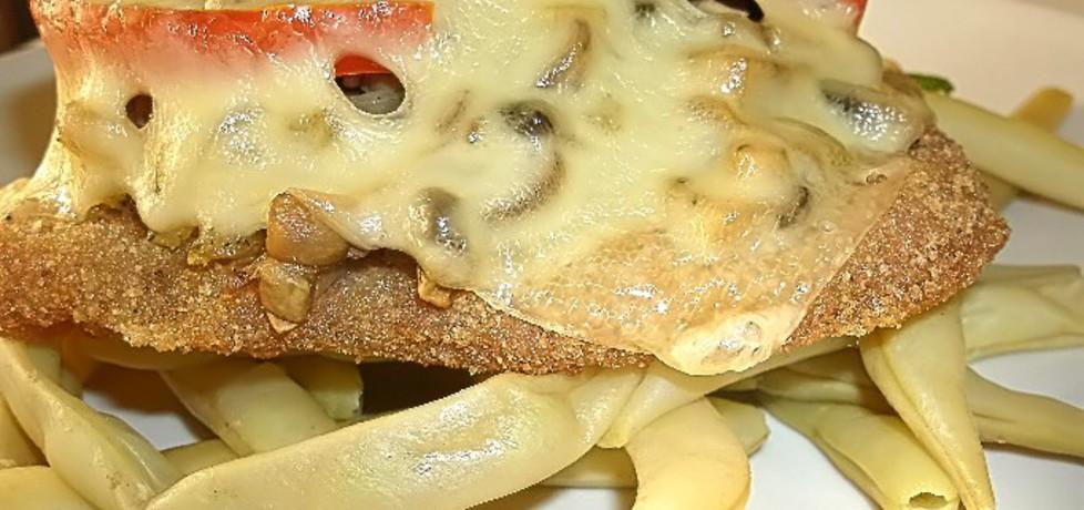 Kotlet schabowy zapieczony pod pieczarkami, pomidorem i serem ...