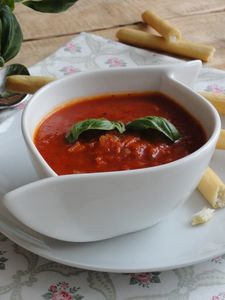 Włoska zupa pomidorowa z paluszkami grissini
