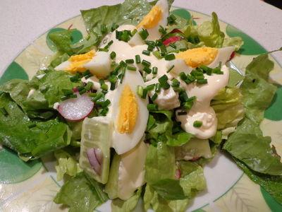 Sałatka wiosenna z jajkiem, rzodkiewką i fetą