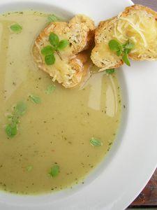 Zupa cebulowa z majerankiem i serowymi grzankami ...