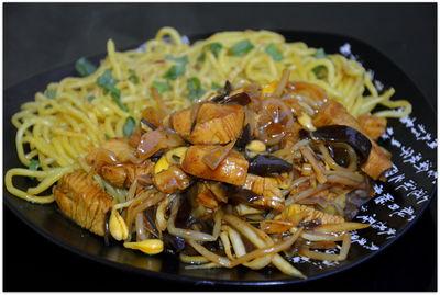 Smażony makaron z kurczakiem w chińskim sosie
