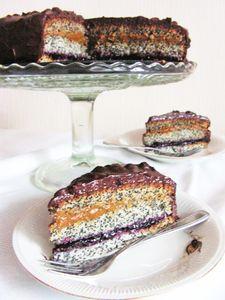 Makowy tort z czarną porzeczką i kajmakiem
