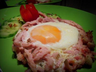 Jajko sadzone w gniazdku z wędzonej polędwicy