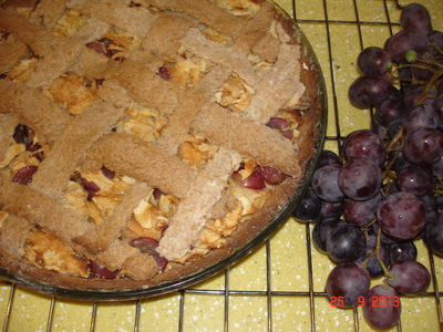 Tarta z jabłkami i winogronami na mące kasztanowej ...