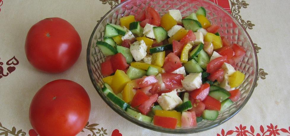 Sałatka na grilla z pomidorem, ogórkiem, papryką i mozarellą (autor ...