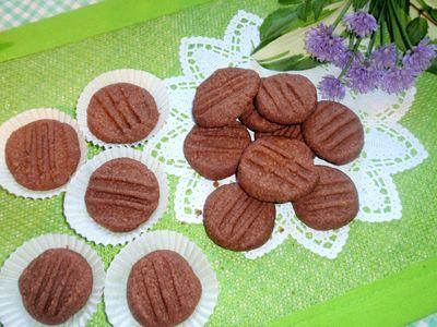 Ciasteczka orzechowe przyciskane widelcem