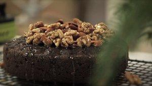 Tort makowy z karmelizowanymi orzechami