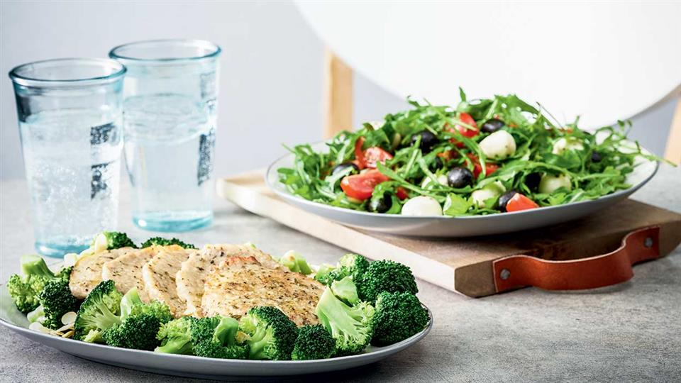 Rodzina żurków schab duszony z sałatką i brokułami