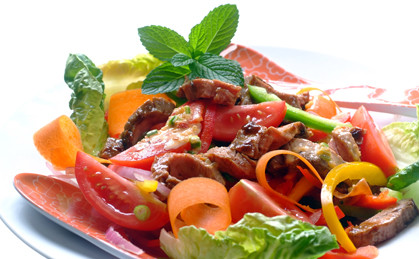 Sałatka z chrupiących warzyw z wołowiną z chilli
