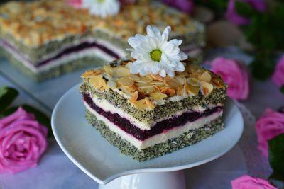 Ciasto makowe z waniliowym serkiem i porzeczkową nutą ...