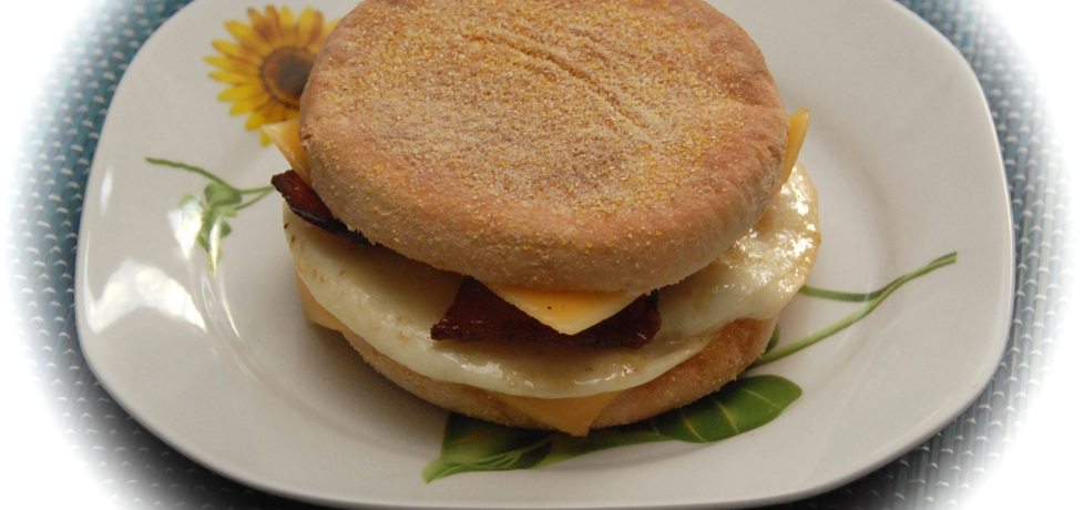 Domowy mcmuffin z jajkiem i bekonem (autor: fotoviderek ...