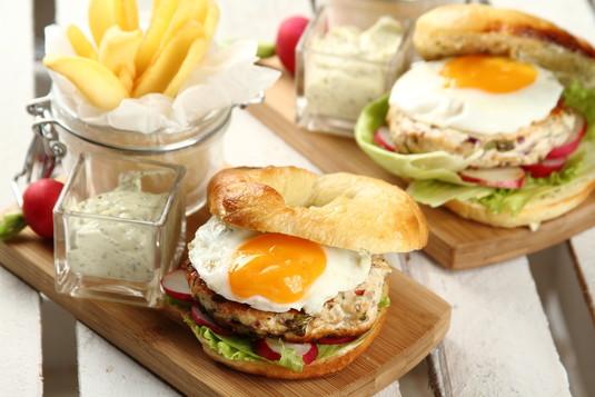 Bajgiel z hamburgerem z kurczaka i sadzonym jajkiem