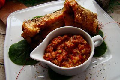 Pieczony okoń z salsą z awokado i pomidorów