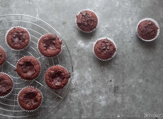 Babeczki brownie z kawałkami czekolady