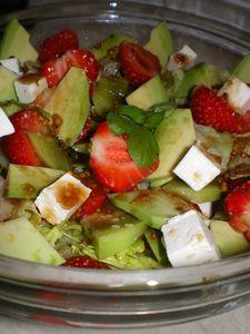 Sałata z fetą, kiwi, truskawkami i awokado