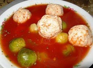 Zupa pomidorowa z drobiowymi klopsikami i brukselką