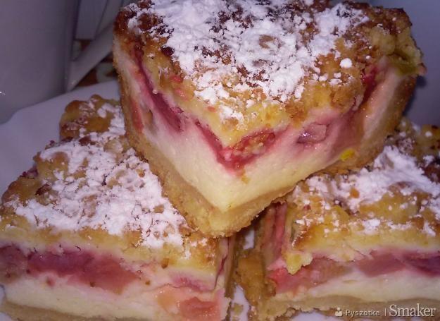 Kruche ciasto z budyniową pianką , rabarbarem ,truskawkami i ...