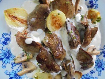 Wątróbka drobiowa w białym sosie z pieczarkami