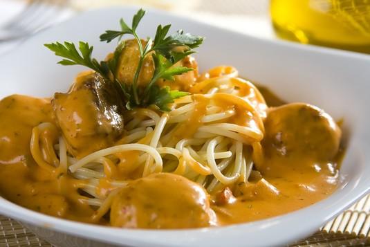 Spaghetti z pulpecikami w sosie śmietanowo-pomidorowym ...