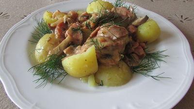 Potrawka z młodymi ziemniakami z szynką i pieczarkami w sosie ...