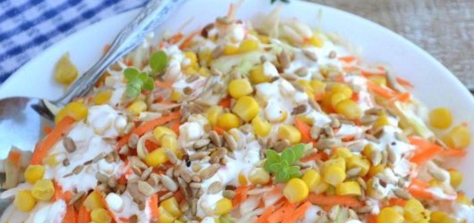Surówka z białej kapusty z kukurydzą, prażonym słonecznikiem i ...