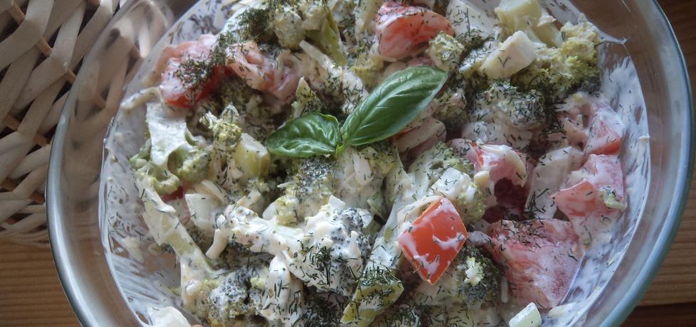 Sałatka z brokułem, pomidorem i cebulą z serowym sosem (autor ...