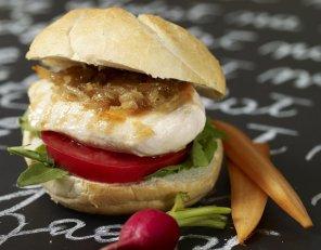 Kanapka z kurczakiem, karmelizowaną białą cebulą i pomidorem ...
