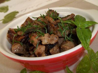 Karkówka duszona z pieczarkami i cebulką