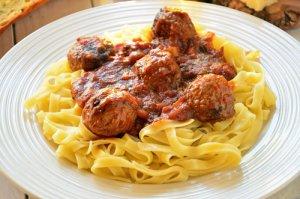Tagliatelle z sosem pomidorowym i pulpetami mięsnymi
