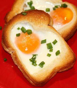 Grzanki z jajkiem sadzonym,serem i salami