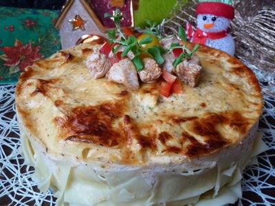 Świąteczny tort z indyka z makaronem, papryką i pomidorkami ...