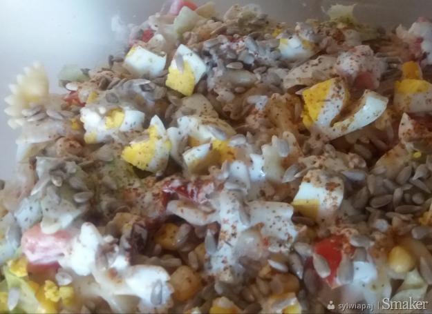 Szybka sałatka z makaronem i jajkami