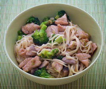 Makaron chow mein z kurczakiem i brokułami