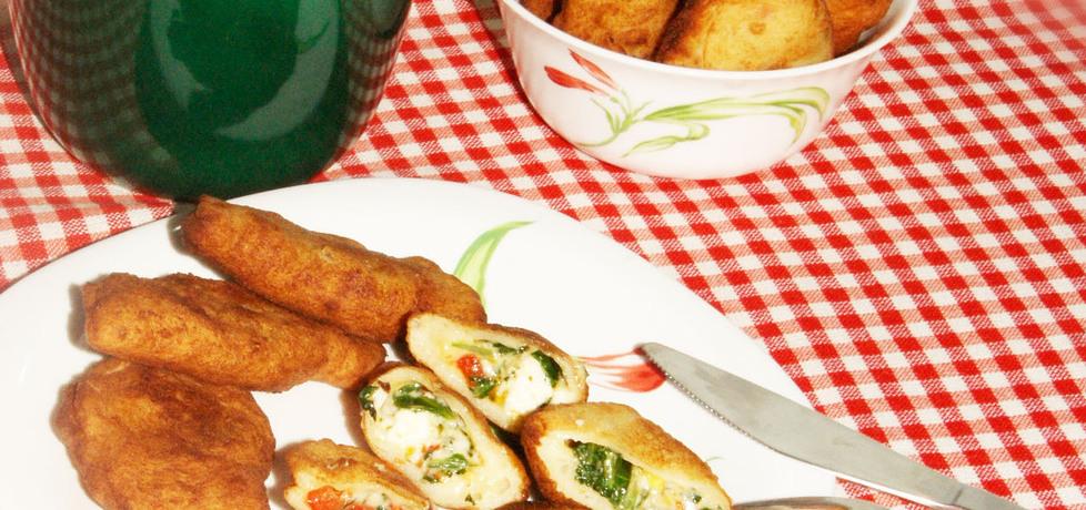 Ziemniaczane pierogi ze szpinakiem, serem pleśniowym i papryką ...