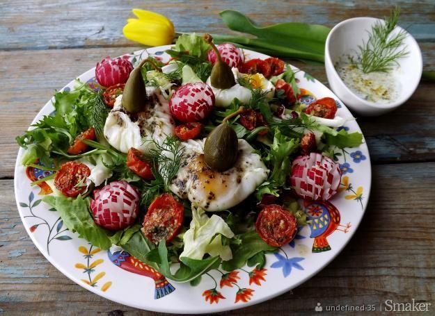 Wiosenna sałata z sakiewkami z jajek i podsuszonymi pomidorkami ...