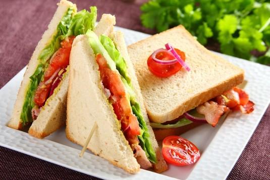 Sandwich z bekonem, sałatą i pomidorem