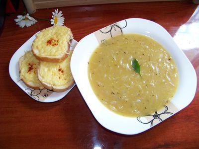 Francuska zupa cebulowa z grzankami i serem