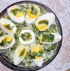 Jarmuż z kiełbasą i jajkami