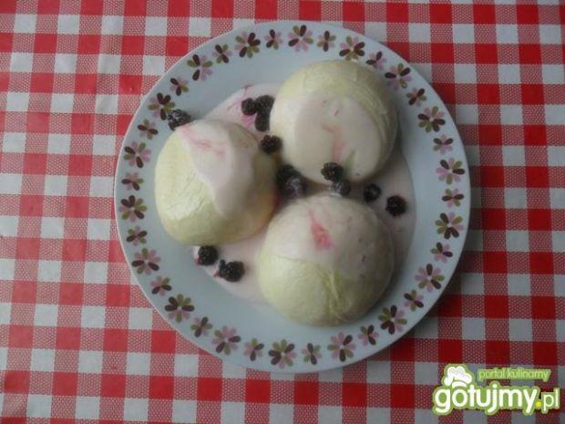 Przepis  kluski na parze z jogurtem i jeżynami przepis