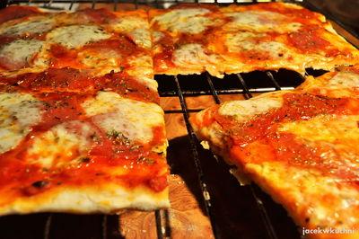 Pizza na cienkim i chrupiącym cieście