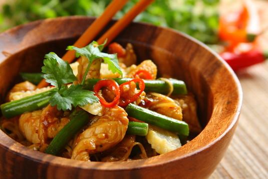 Smażony makaron chow mein z kurczakiem