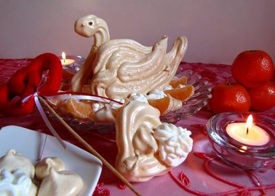 Bezowy łabędź z kremem i owocami