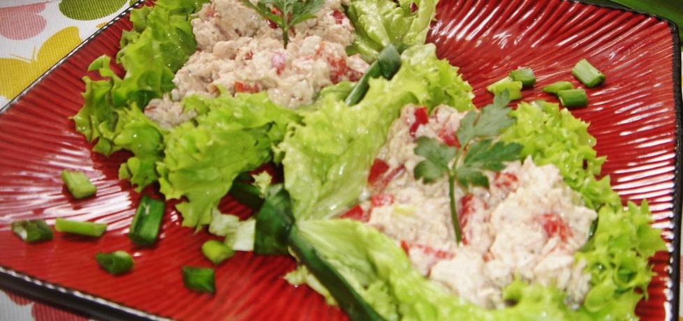 Lekka pasta z tuńczykiem, selerem naciowym i papryką podana w ...
