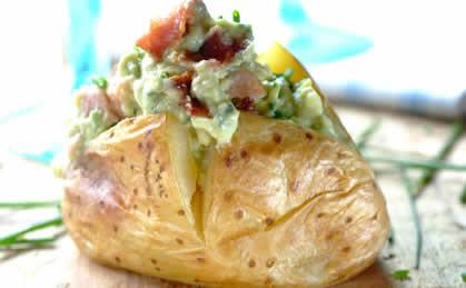 Pieczone ziemniaki z awokado i boczkiem