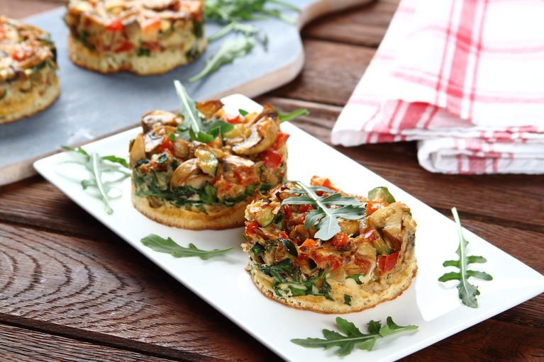 Frittata z warzywami i oscypkiem na pieczywie pełnoziarnistym ...