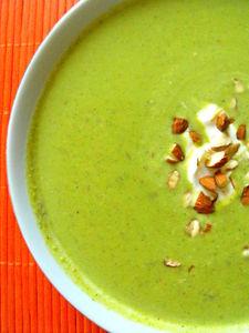 Krem brokułowy z migdałami i serem gorgonzola