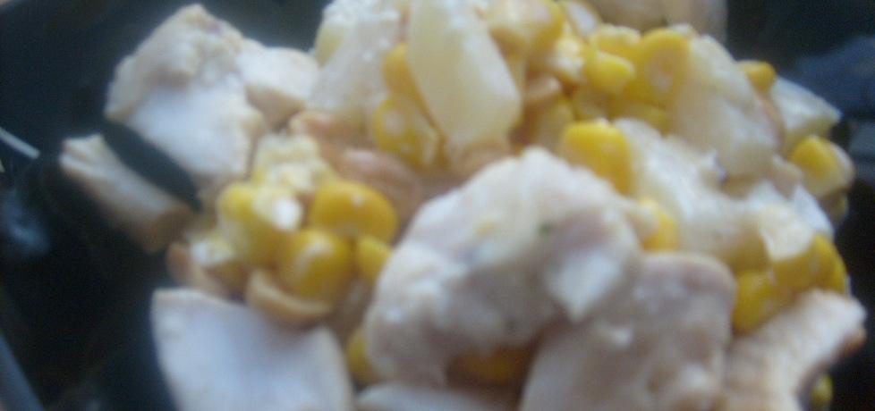 Sałatka z ananasem , kurczakiem i orzeszkami solonymi